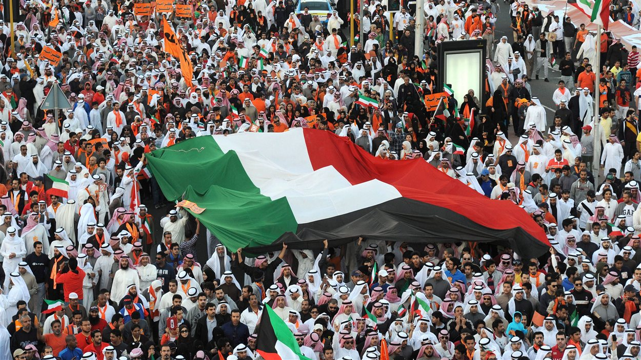 Des Koweïtiens manifestent contre la réforme électorale, la veille d'une élection législative contestée