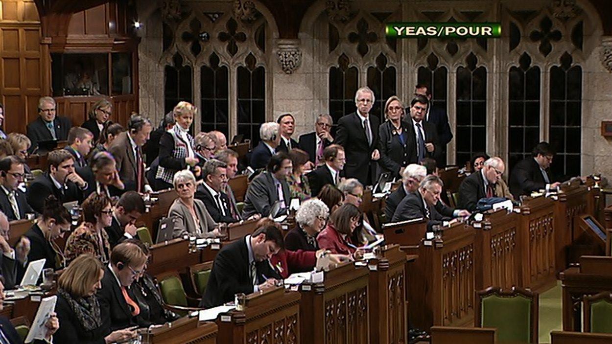 Les députés de l'opposition votent pour tenter d'amender le projet de loi omnibus le 4 décembre 2012.
