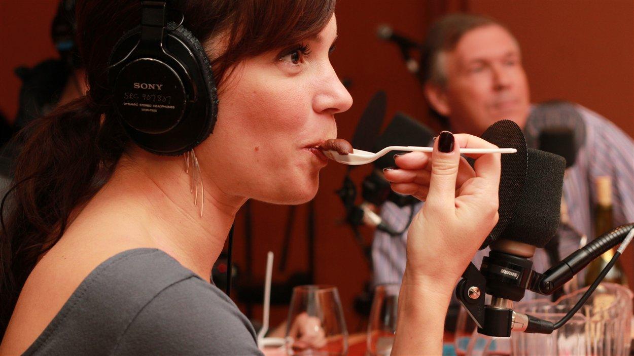 Geneviève Guérard goût à ce chocolat onctueux  ©Radio-Canada/Marie-Sandrine Auger