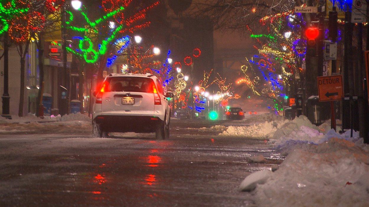 Une première neige dans les rues de Montréal