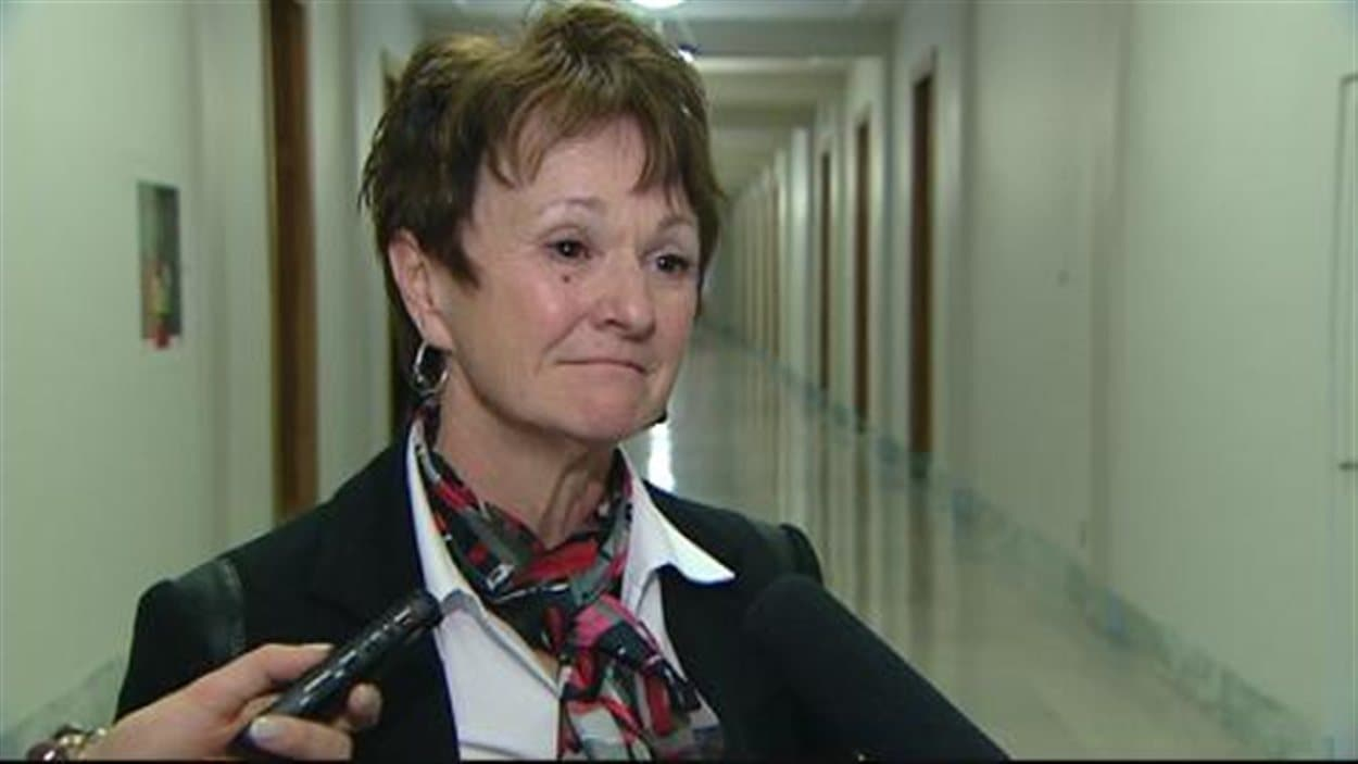 La ministre des Services sociaux de la Saskatchewan, June Draude, accepte les recommandations d'un rapport spécial du protecteur des enfants, Bob Pringle.