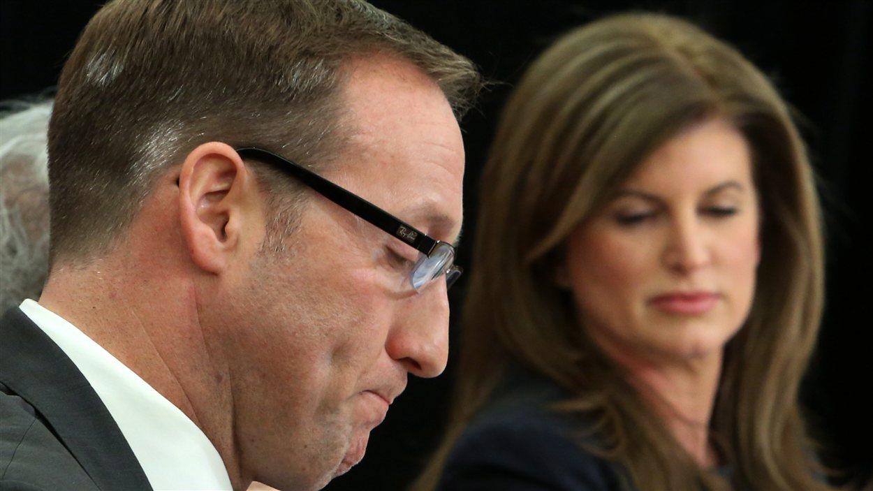 Le ministre  de la Défense nationale Peter MacKay et sa collègue des Travaux publics, Rona Ambrose, en conférence de presse à Ottawa