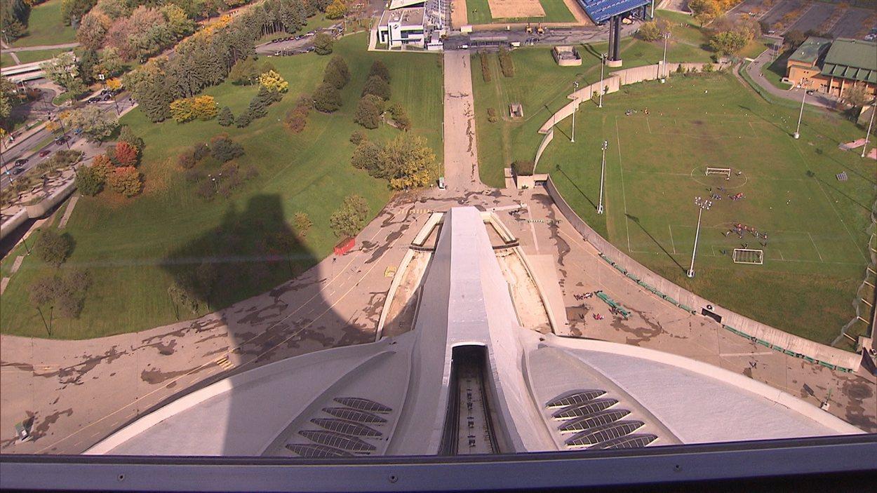 La rampe de l'ascenseur qui grimpe le long du mât du stade