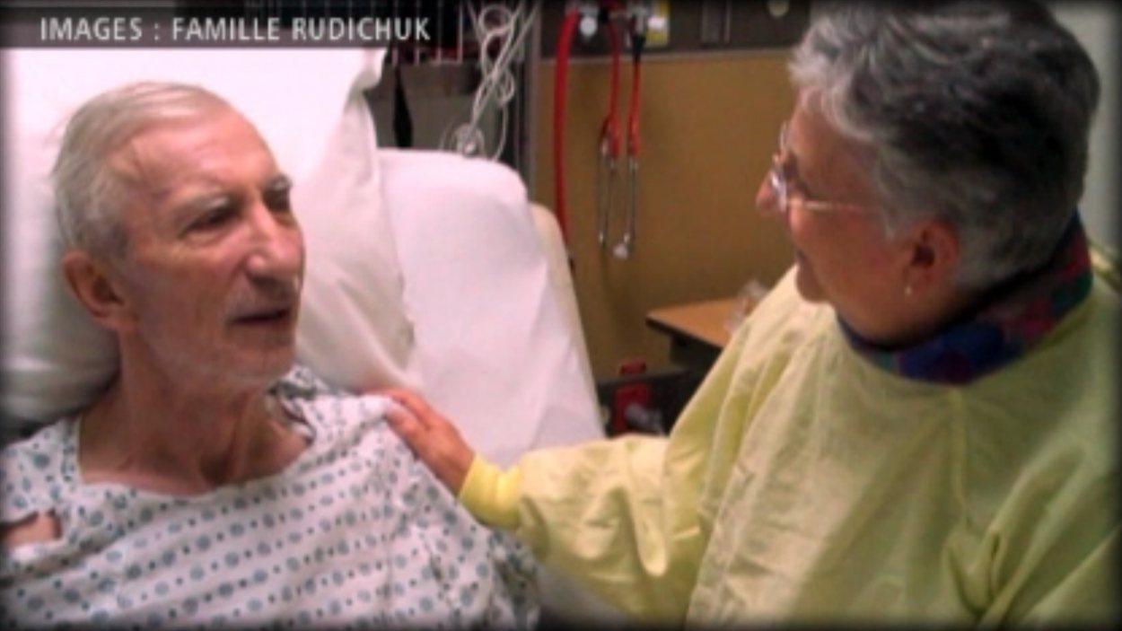 Jack Rudichuk sur son lit à l'hôpital Villa Caritas à Edmonton, aux côtés de sa femme Huguette Hébert, en 2011.