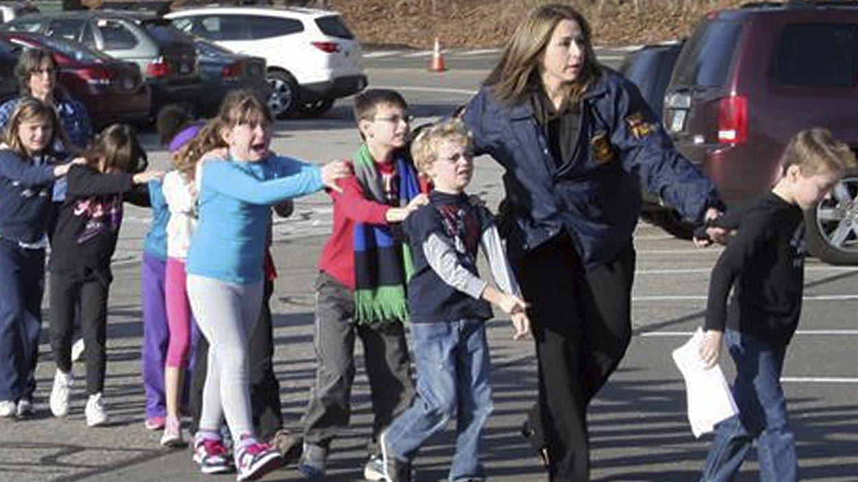 Des jeunes élèves sont évacués de l'école primaire Sandy Hook.