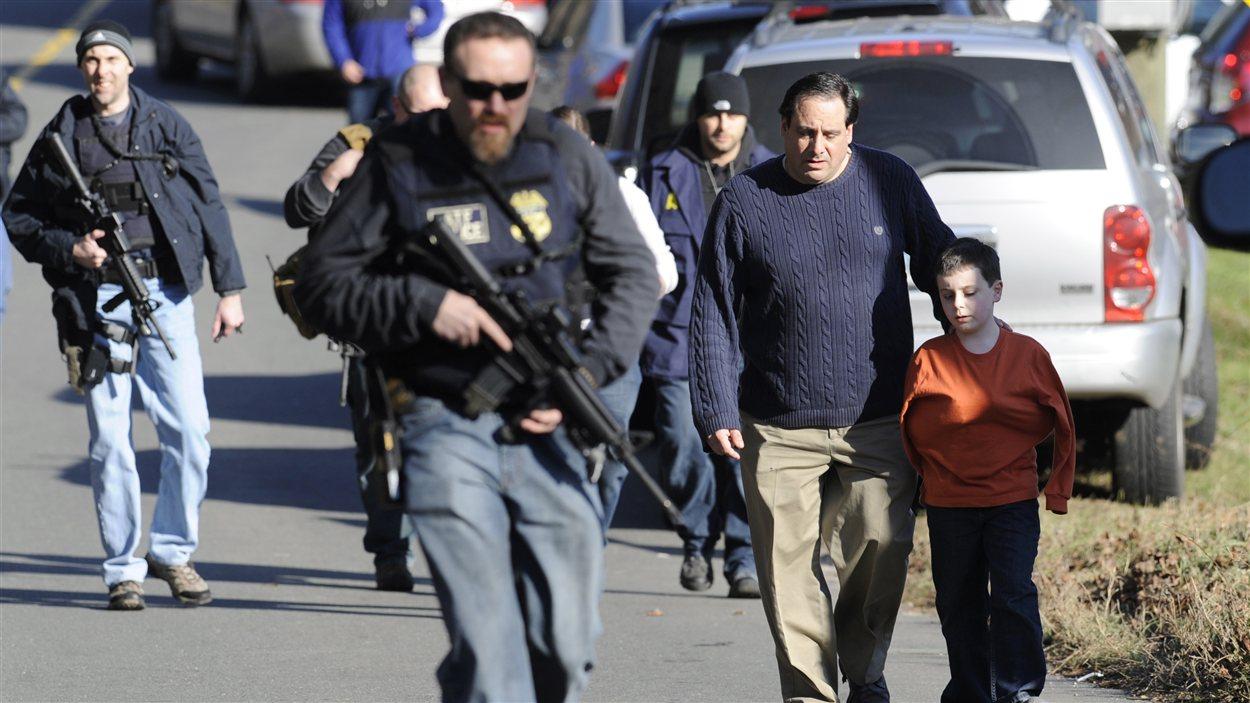 Retrouvailles de parents avec leurs enfants après la fusillade.