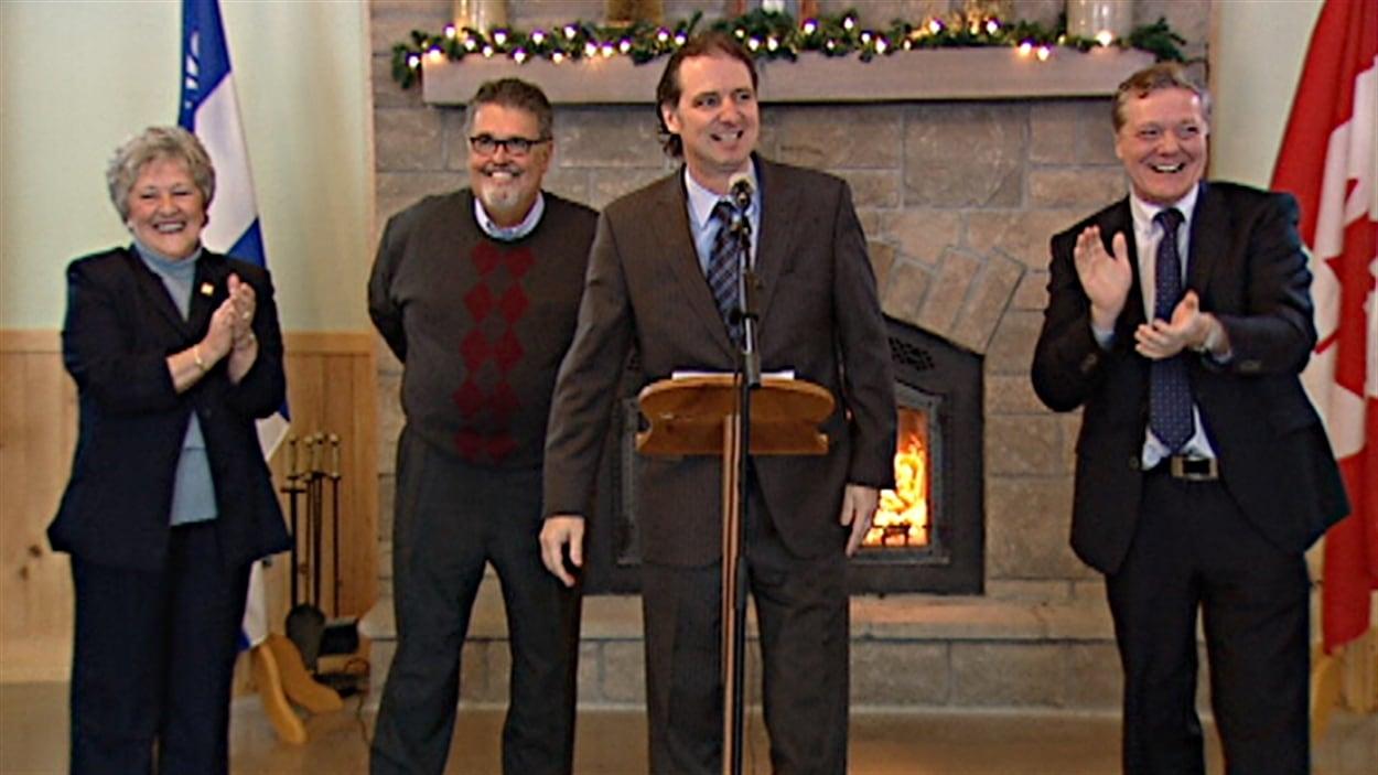 Alexandre Iracà (au micro), en compagnie de trois anciens députés libéraux de l'Outaouais qui appuient Philippe Couillard (de g. à dr.), Claire Vaive, Norm MacMillan et Benoît Pelletier.