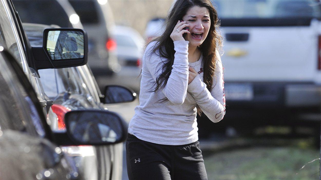 Une jeune femme attend des nouvelles de sa soeur, qui est enseignante.