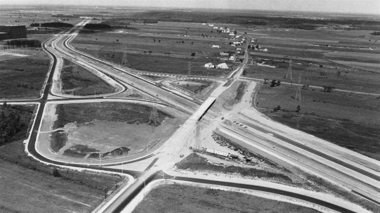 Construction de l'autoroute 30 à Sainte-Julie, sortie Tourraine et Belle-Rivière, dans les années 70.