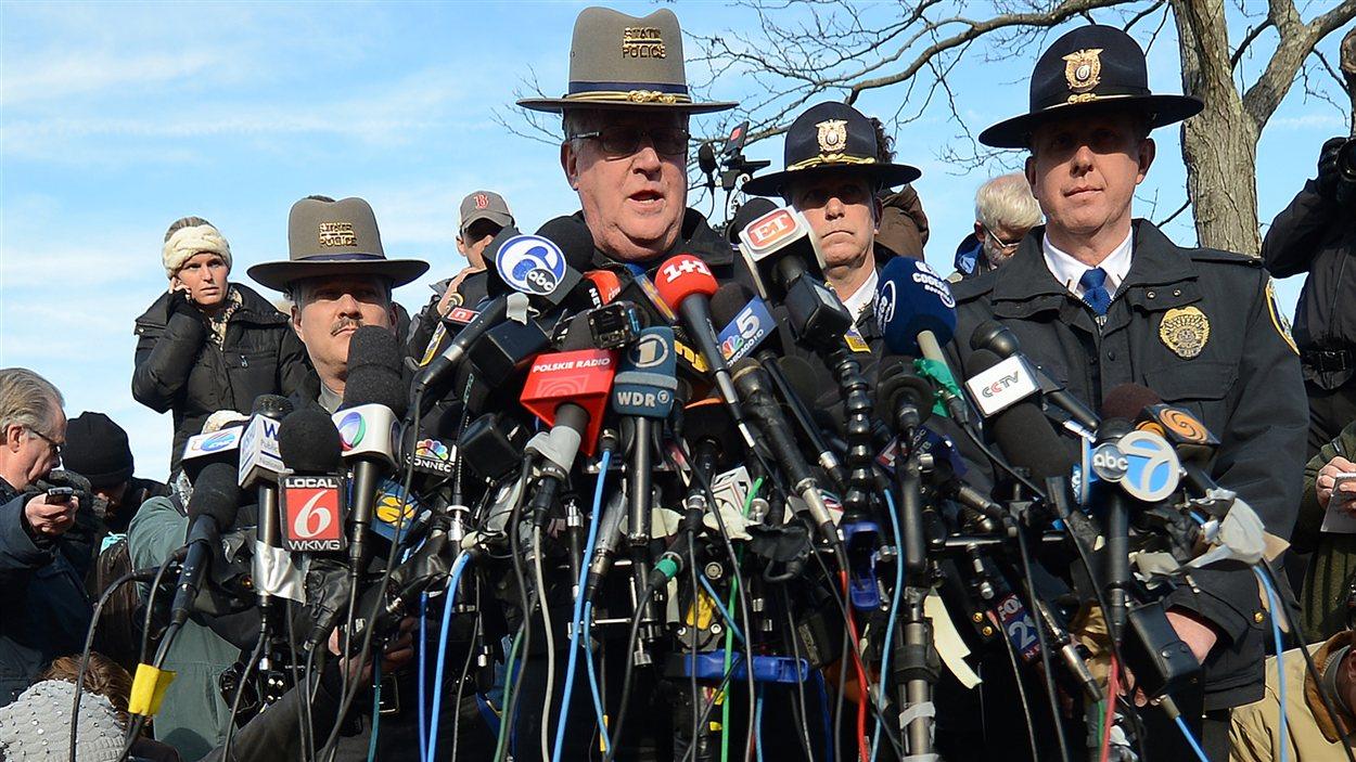 Le chef de la police de l'État du Connecticut, Paul Vance, répond aux questions des journalistes, samedi.