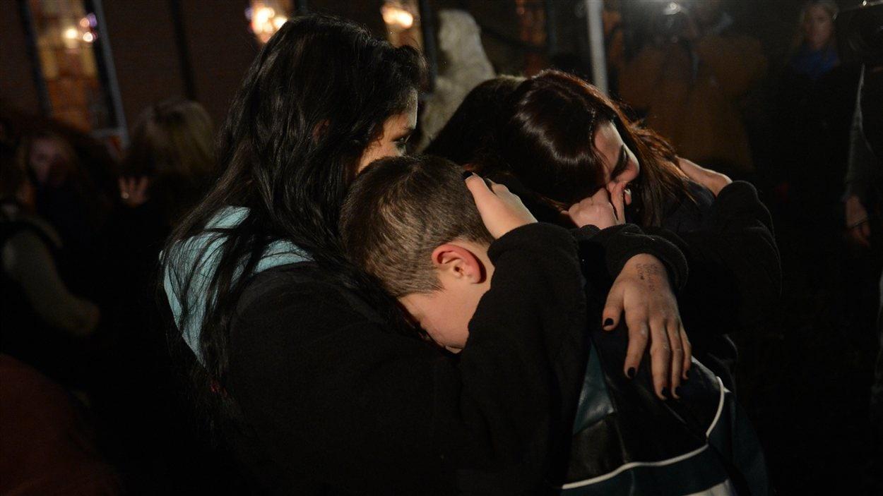Des gens se recueillent à l'église Sainte-Rose, à Newtown.