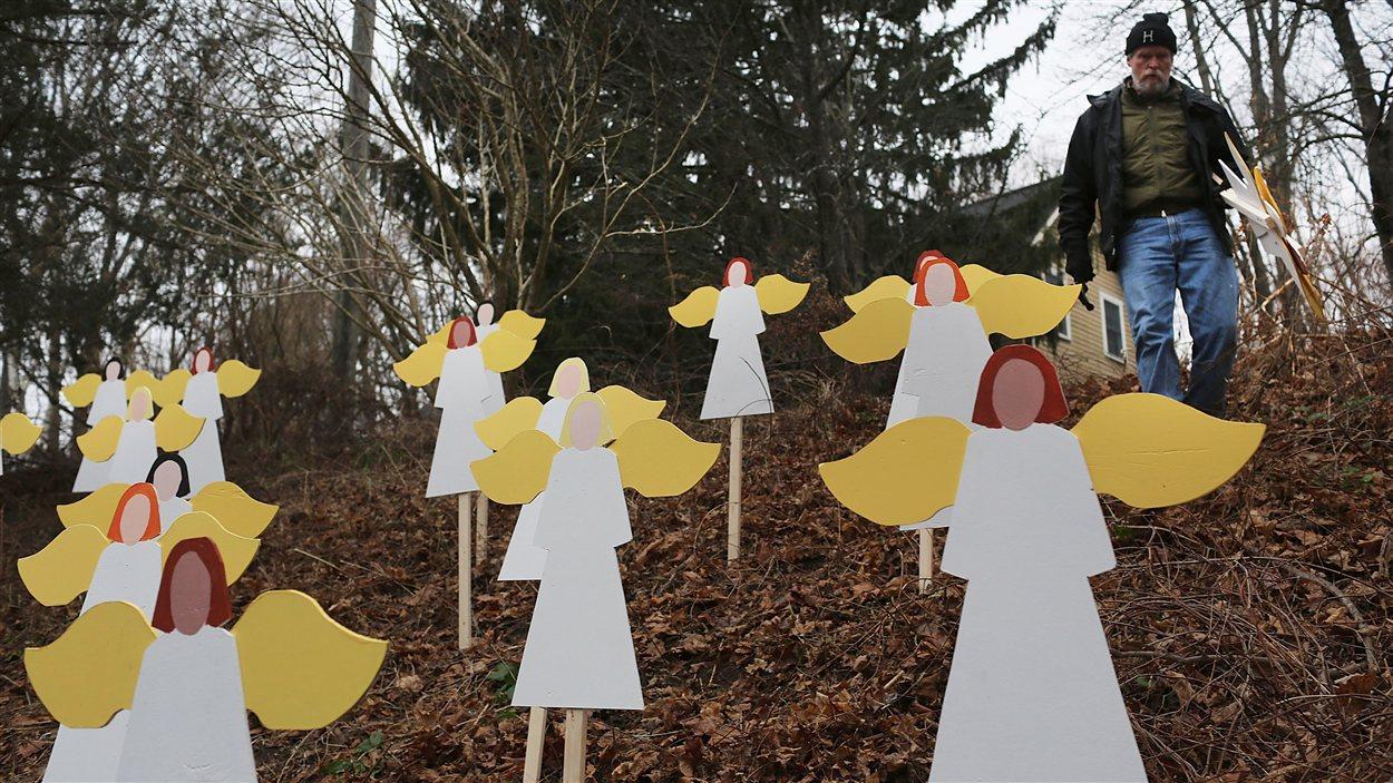 Un homme a planté des anges en mémoire des victimes