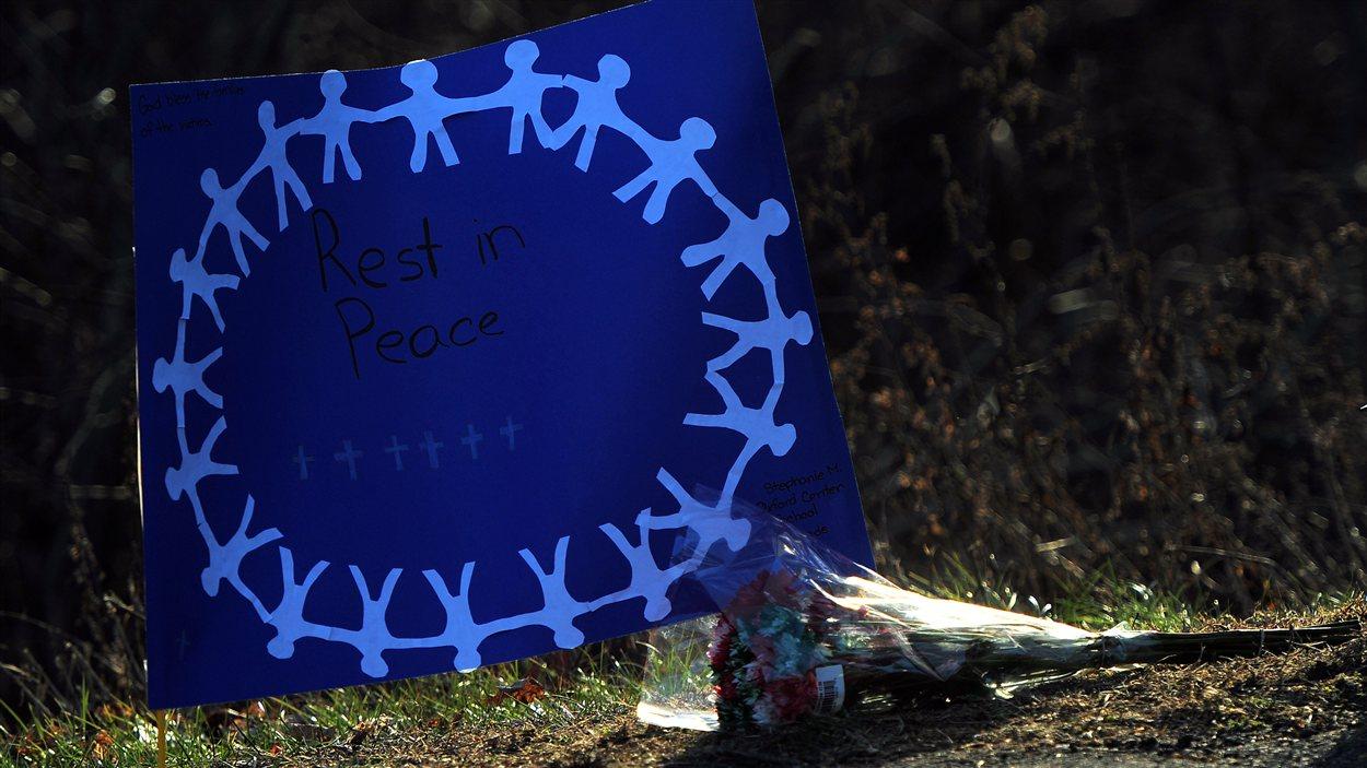 Dessin et fleurs en mémoire des victimes de la tuerie à Newtown.