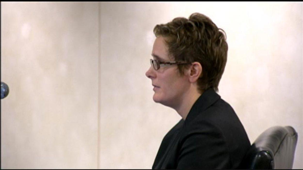 Tracy Forbes témoigne à la commission d'enquête sur les circonstances entourant la mort de la jeune Phoenix Sinclair, le 17 décembre 2012.