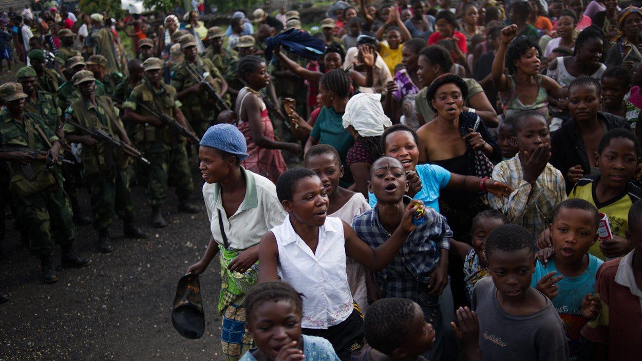 Des habitants de Goma fêtent le retour des soldats congolais dans la ville, le 3 décembre 2012.