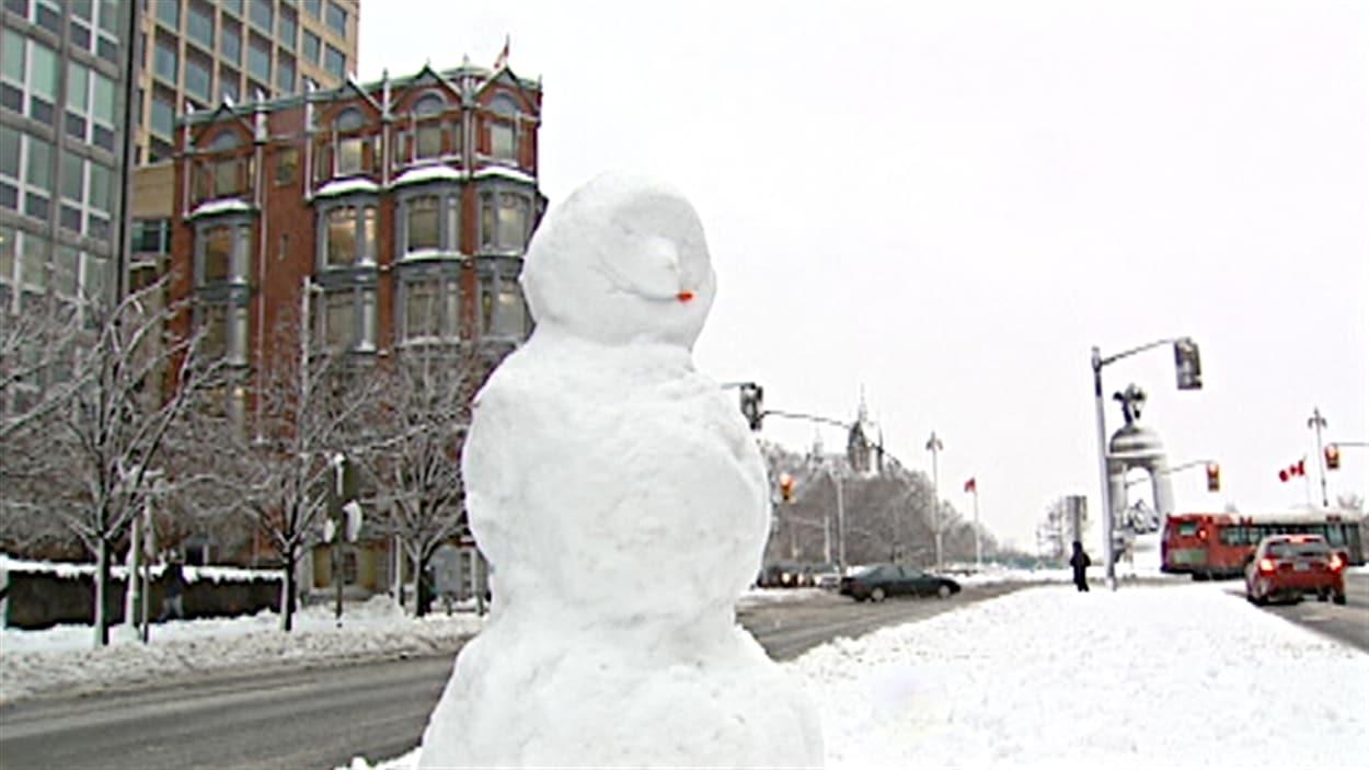Des résidents d'Ottawa ont confectionné un bonhomme de neige, sur la rue Wellington.