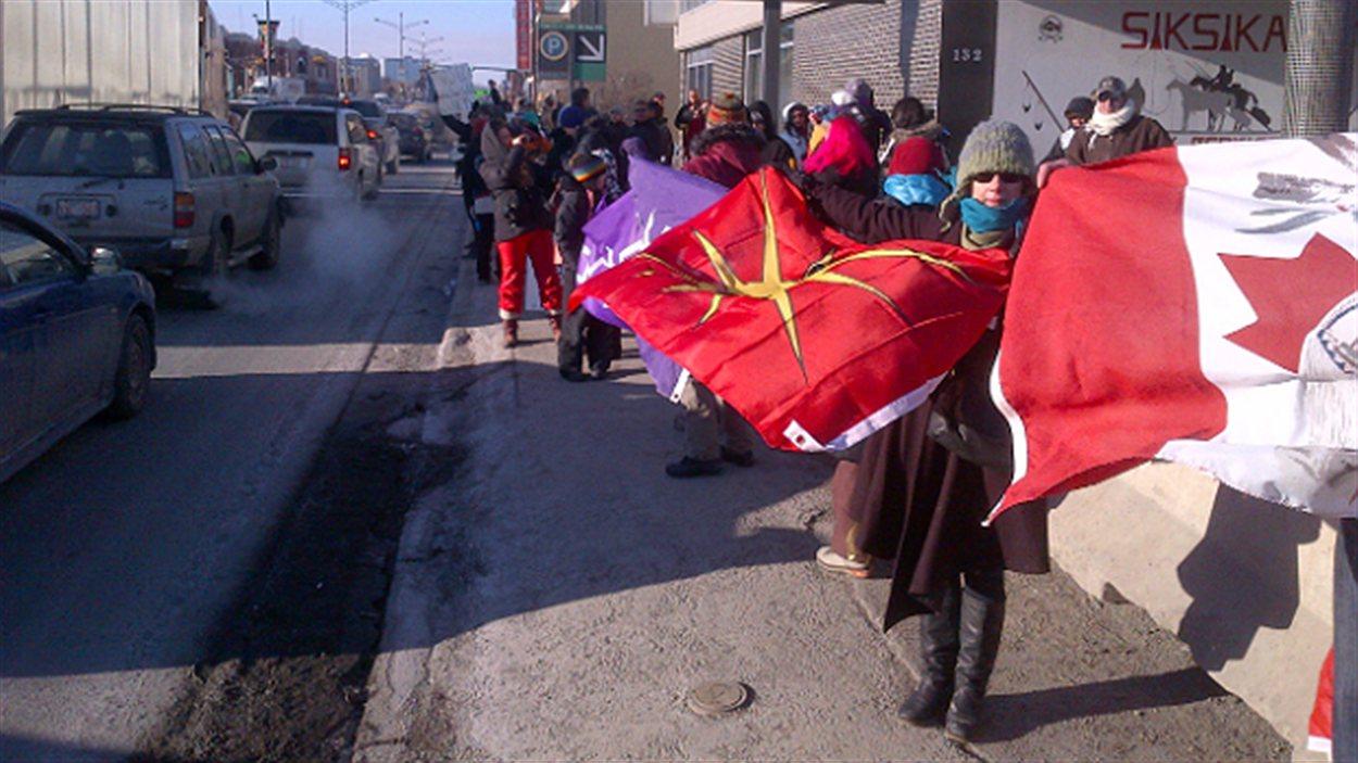 Des Autochtones concernés par le Traité 7 ont manifesté sur la 16e Avenue nord-ouest à Calgary.