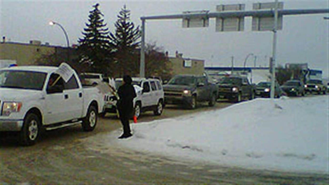 Des voitures ralentissent la circulation vers l'aéroport vendredi matin.