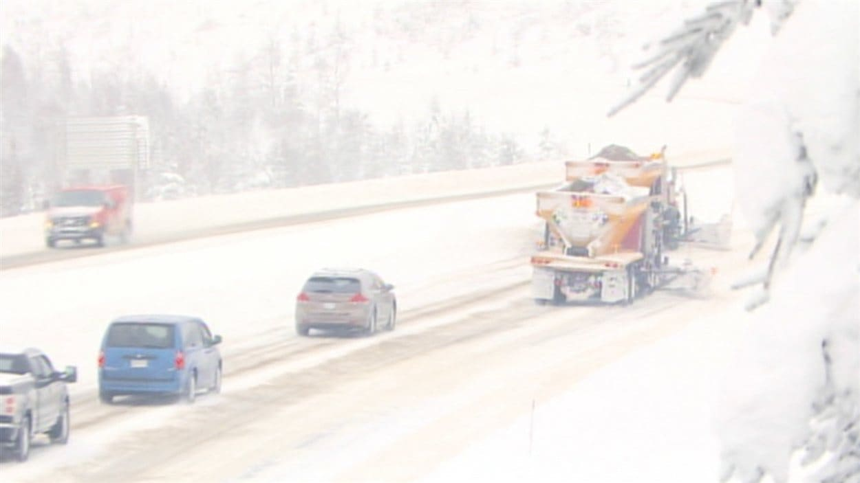 Chasse-neige à l'oeuvre sur l'autoroute des Laurentides