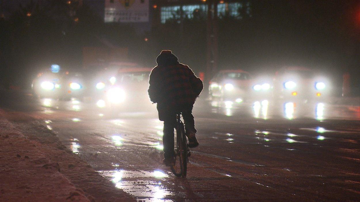 Cycliste dans les rues de Montréal