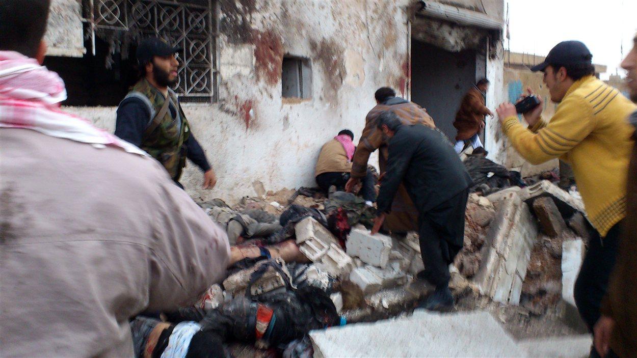Une photo transmise par un média syrien rebelle montre des hommes qui accourent pour porter secours à des victimes de l'attaque.