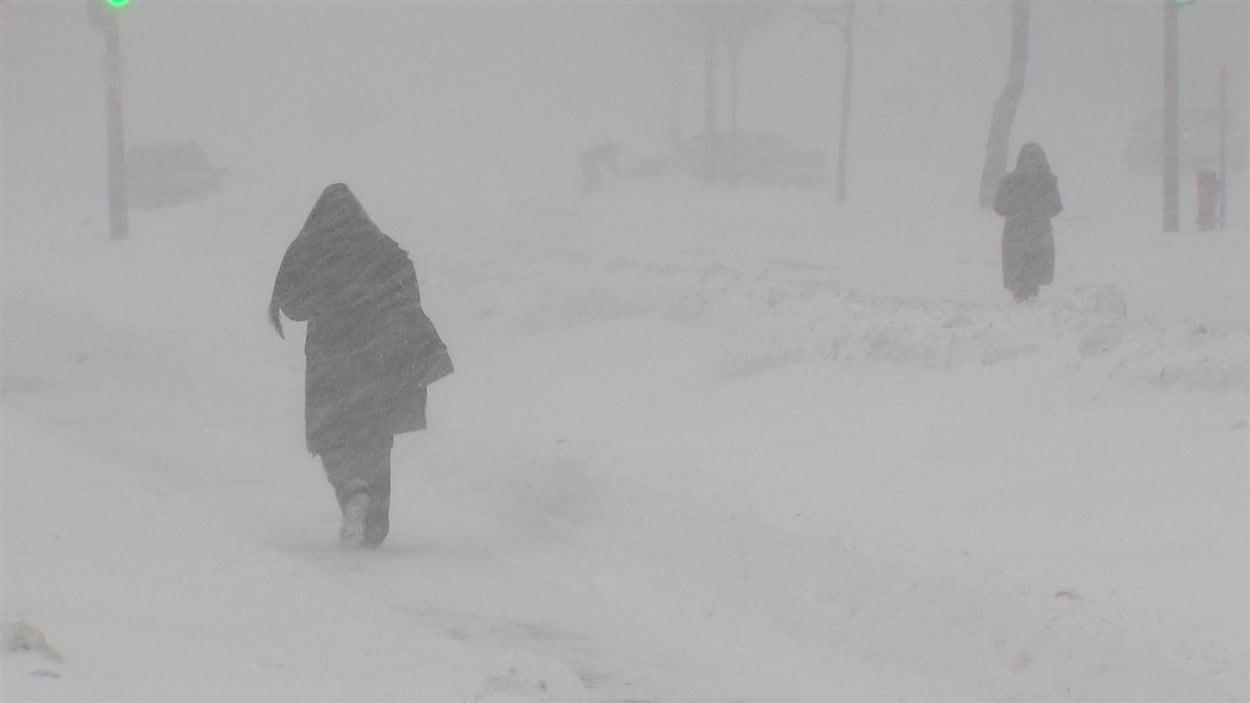 Des piétons dans la neige à Montréal