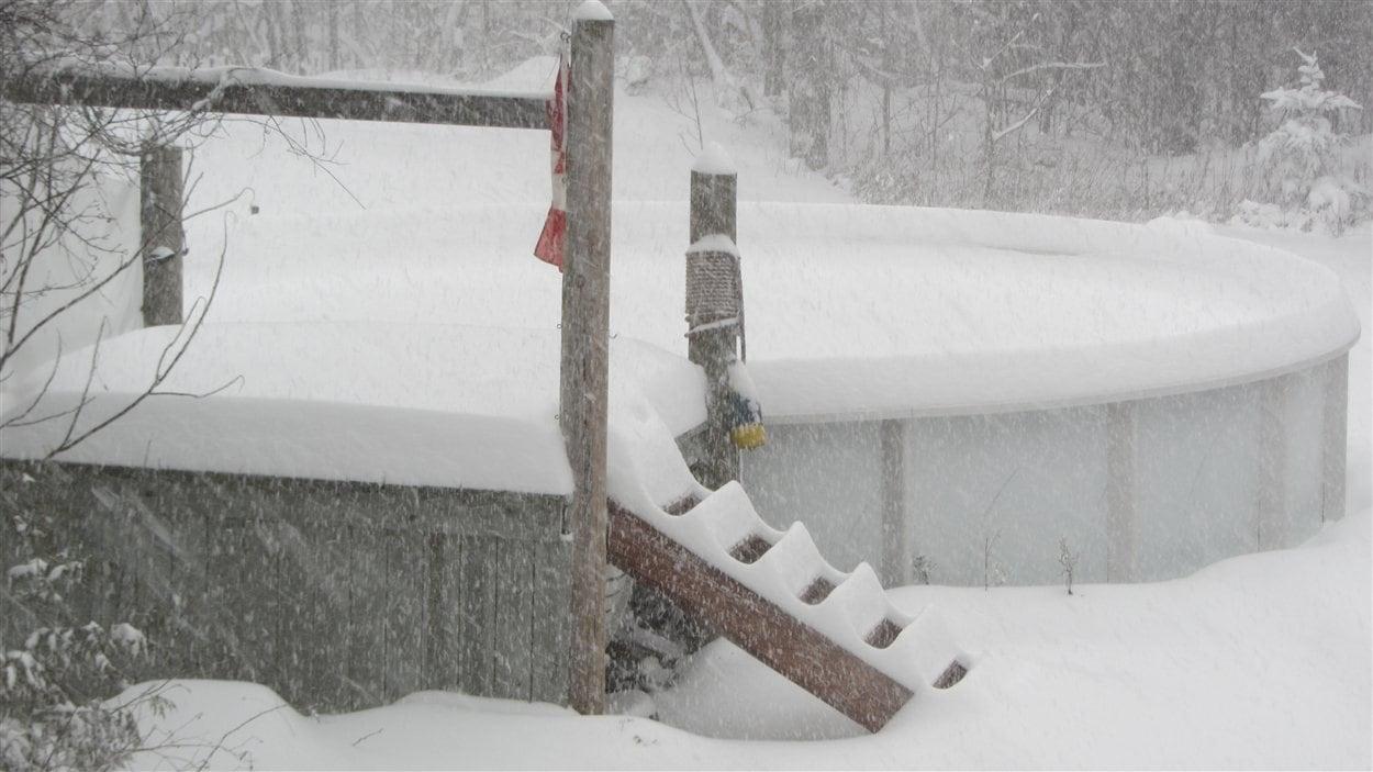 Une piscine sous la neige à Saint-Bernard de Lacolle, au Québec