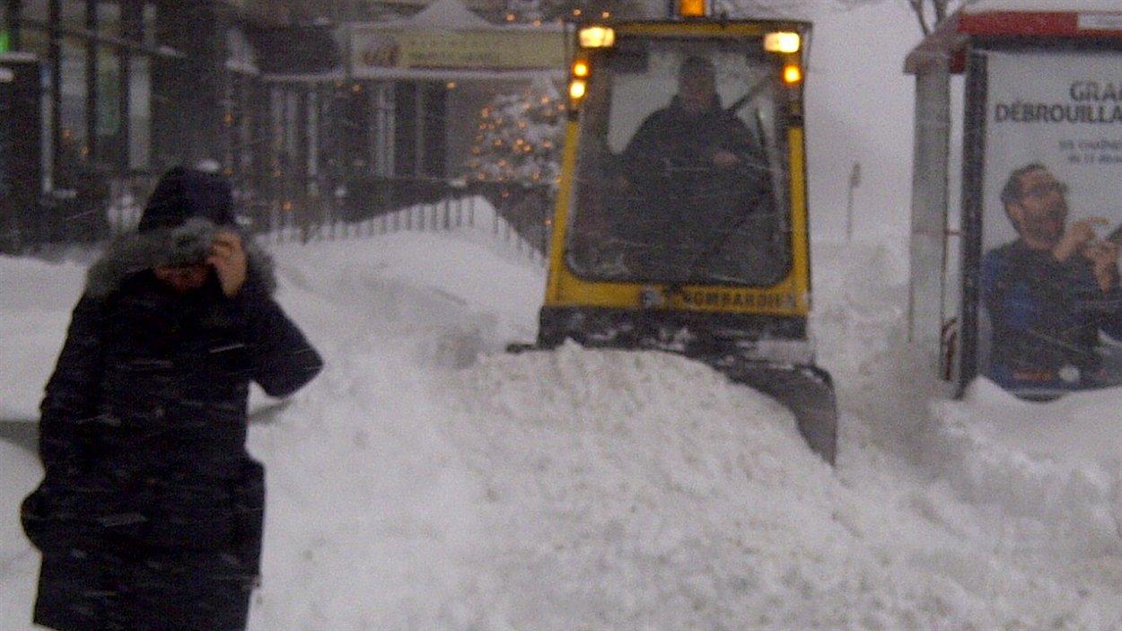 L'artillerie lourde à l'oeuvre pour ramasser la neige sur les trottoirs de Montréal.