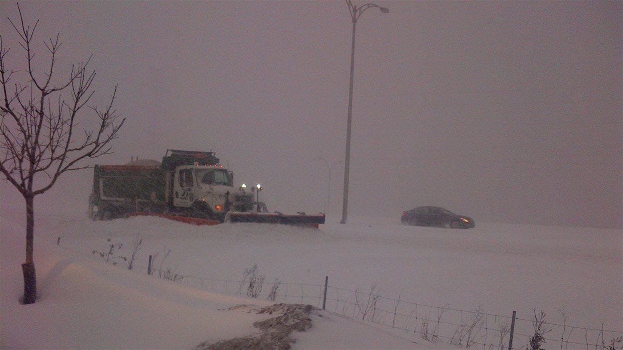 À Saint-Bruno, près de Montréal, la visibilité est réduite et parfois nulle par endroits