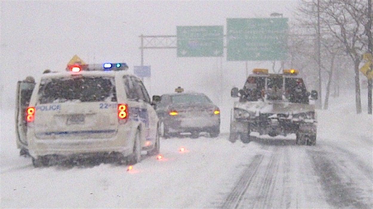 La neige paralyse la circulation à Montréal.