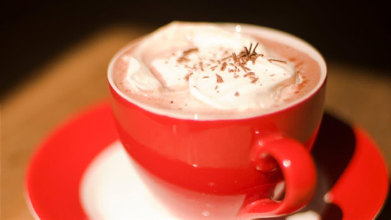 Une tasse orange de chocolat chaud.