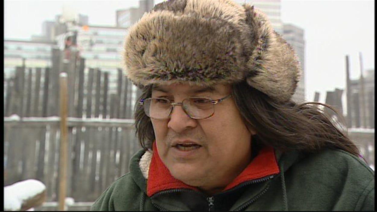 Raymond Robinson, aîné de la Première Nation Cross Lake au Manitoba, alors qu'il fait la grève de la faim sur l'île Victoria en Ontario, le 4 décembre 2012.