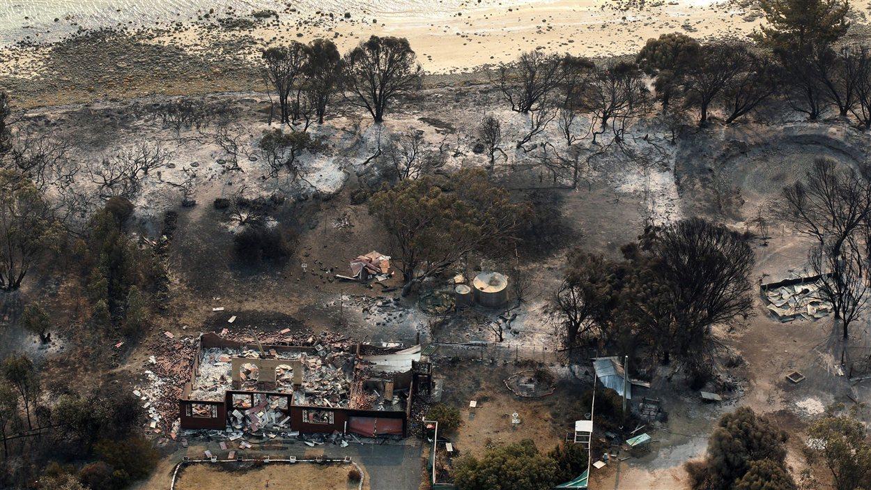 Les feux ont détruit plusieurs habitations près de Boomer Bay en Tasmanie