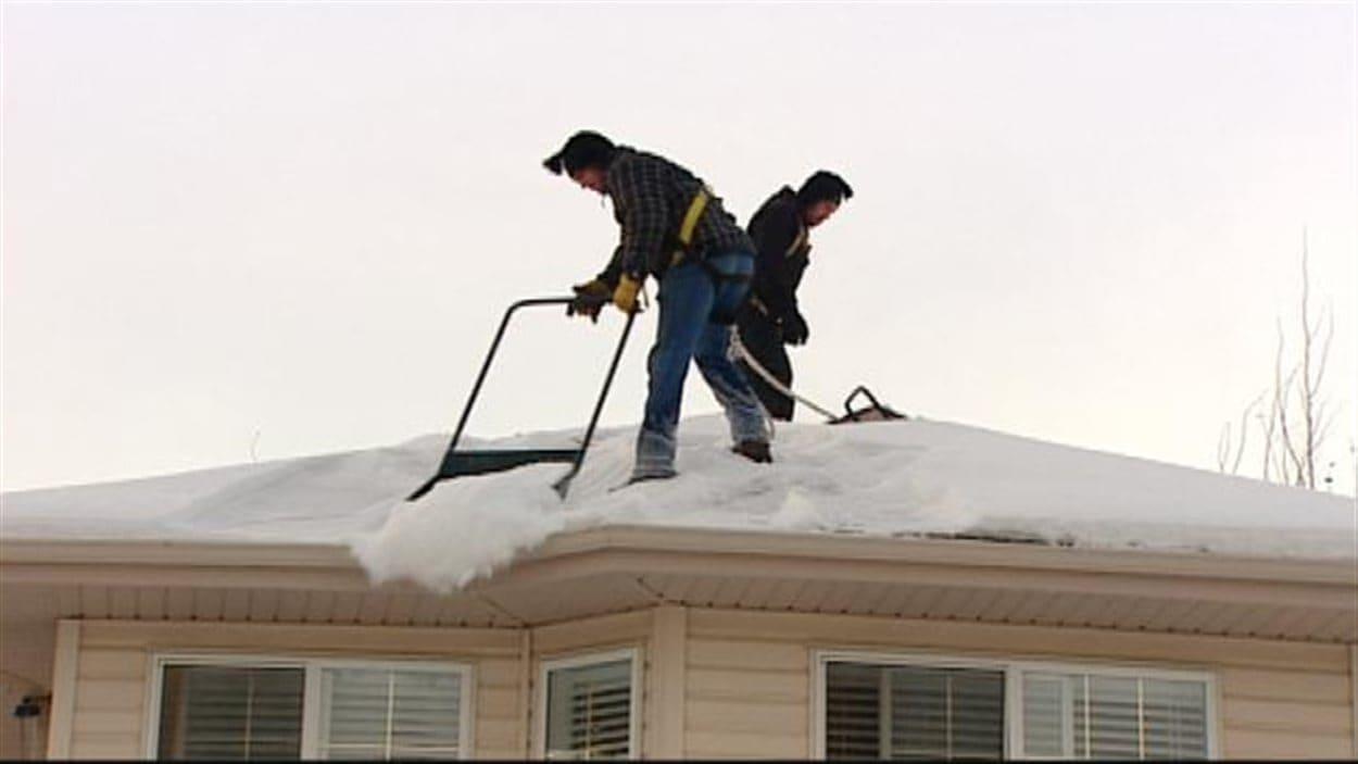 Des barrages de glace se font formés sur les toits lors des derniers jours en raison du temps doux.