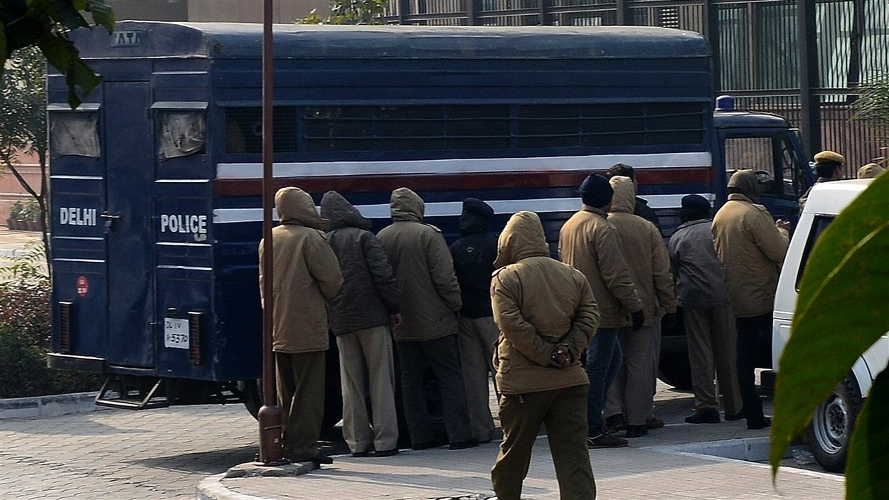 Les accusés sont arrivés au tribunal dans un transport de détenus sous haute surveillance policière.