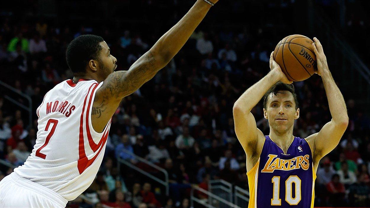 Marcus Morris des Rockets de Houston tente de contrer Steve Nash des Lakers de Los Angeles. Les Rockets l'ont emporté 125-112. Dans la défaite, Nash est devenu le cinquième joueur de la NBA à récolter 10 000 passes.