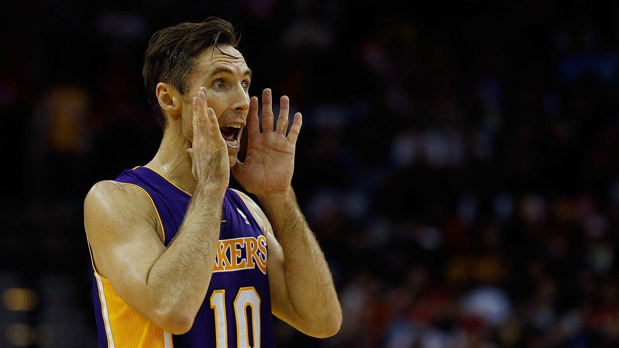 Steve Nash appelle un jeu pendant le match des Lakers contre les Rockets.