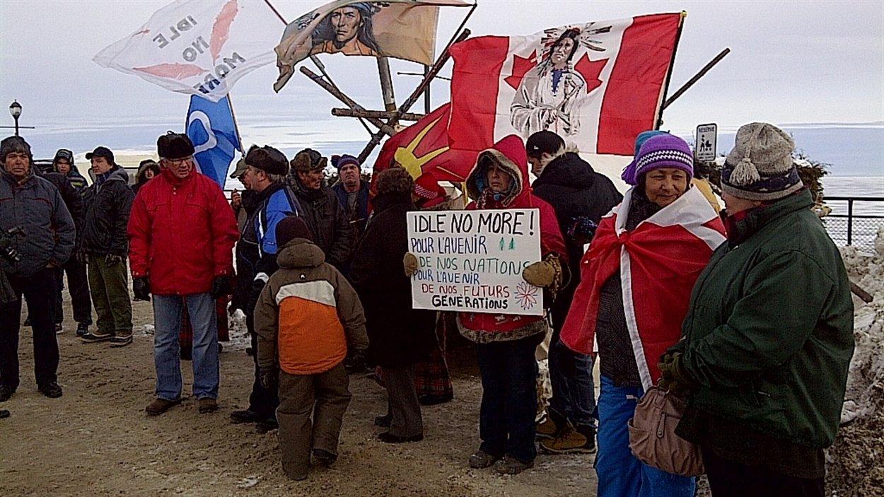 Les manifestants sont rassemblés près du lac Saint-Jean.