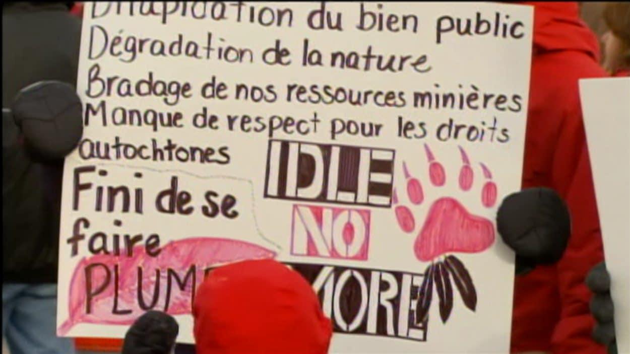 Une trentaine d'Innus du Lac-Saint-Jean manifestent devant les bureaux du conseil de bande de Mashteuiatsh