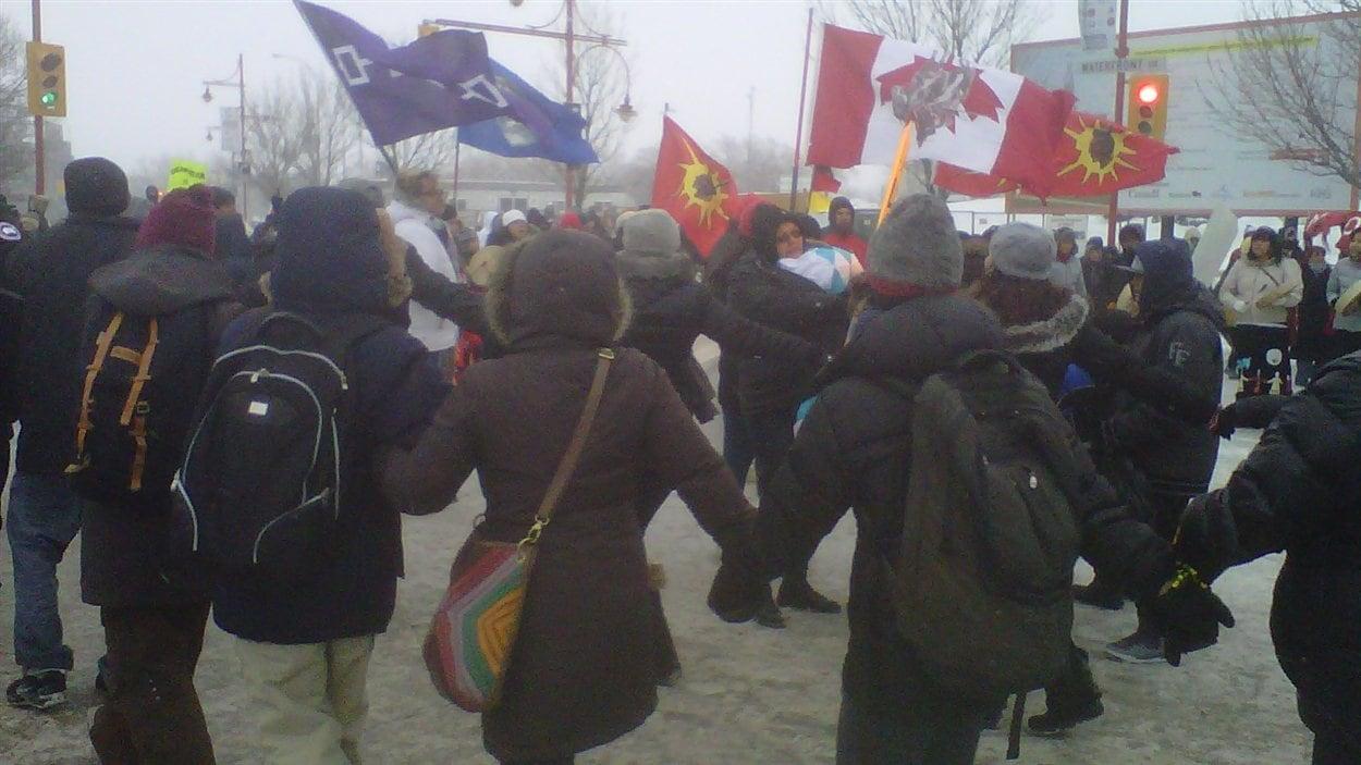 Des manifestants du mouvement Idle No More font une danse en cercle près du Musée canadien pour les droits de la personne à Winnipeg, le 11 janvier 2013.