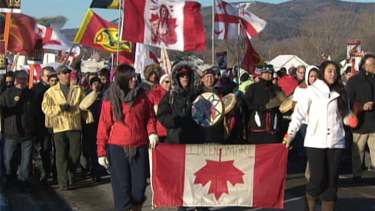 Des marcheurs à Pointe-à-la-Croix, en Gaspésie