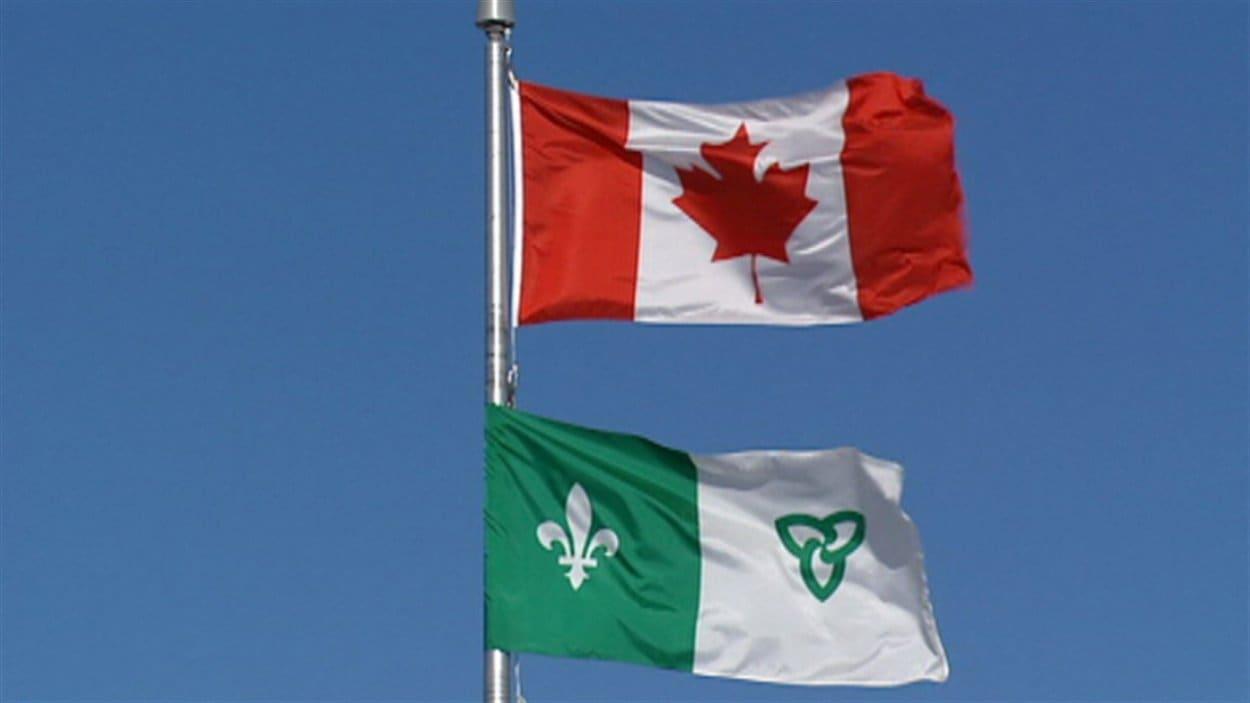 Les drapeaux franco-ontarien et canadien