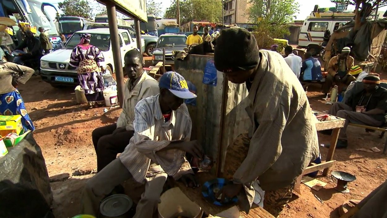 Des dizaines de milliers de Maliens trouvent refuge dans la capitale Bamako en raison des combats.