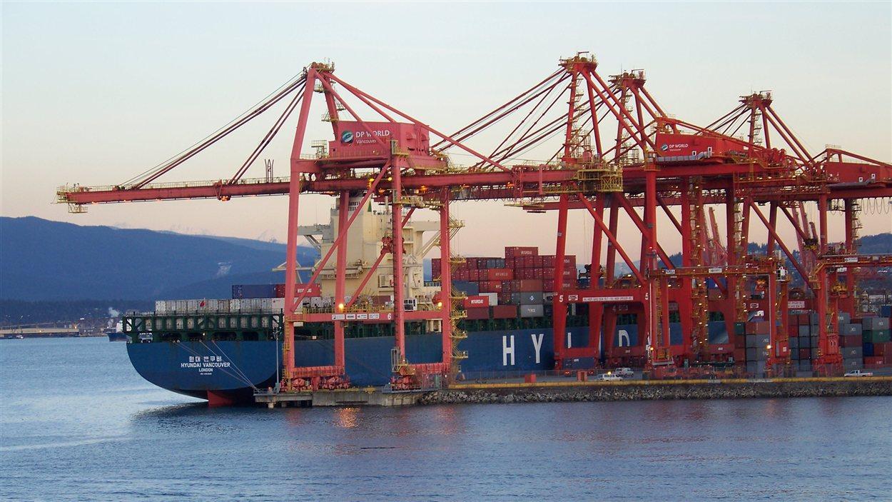 Un  porte-conteneur dans le port de Vancouver