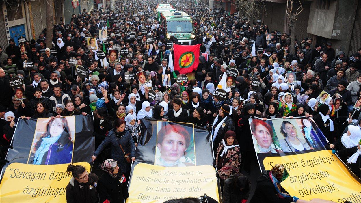 Des milliers de Kurdes se sont rassemblés à Diyarbakir pour rendre un dernier hommage aux trois activistes assassinées à Paris le 9 janvier 2012.