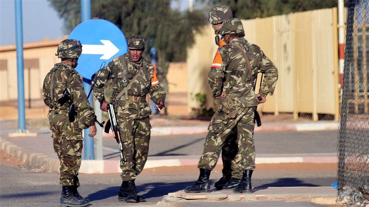 Des soldats en faction sur le site gazier d'In Amenas, en Algérie.