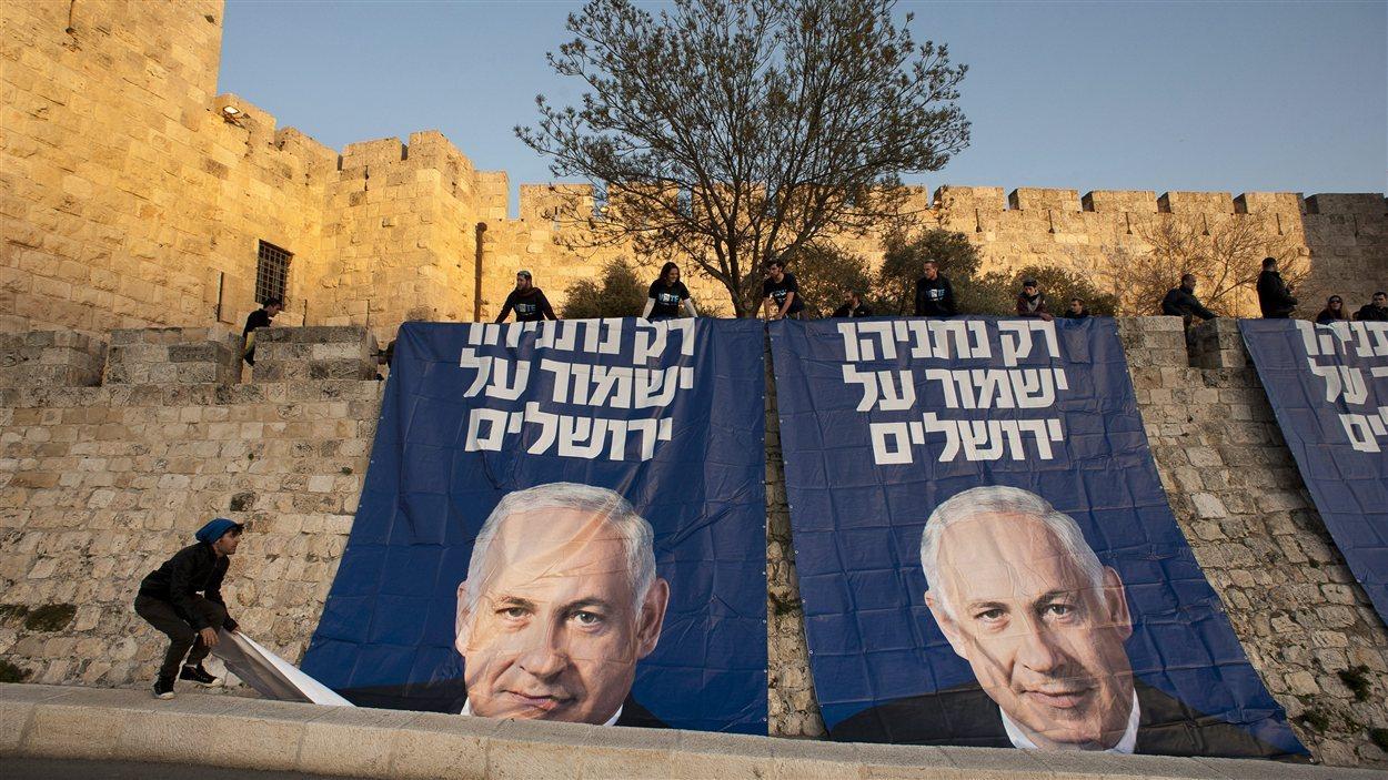 Des affiches électorales du Likoud sont installées sur les murs de Jérusalem.