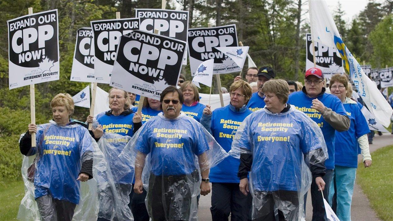 Des manifestants rassemblés en marge de la réunion des ministres des Finances sur la réforme du Régime des pensions du Canada (RPC), à l'Île-du-Prince-Édouard, le 14 juin 2010, demandent au gouvernement de doubler les cotisations au RPC.