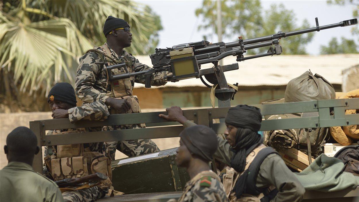 Des soldats maliens patrouillent dans les rues de Diabaly.