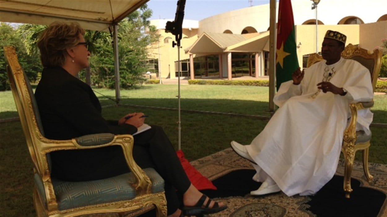 Sophie Langlois interviewe le président du Burkina Faso, Blaise Compaoré, dans les jardins de la résidence présidentielle, à Ouagadougou, en 2013.
